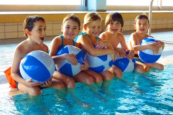 Kursleiter für Kinderanfängerschwimmen